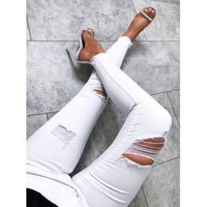 i biale spodnie z dziurami